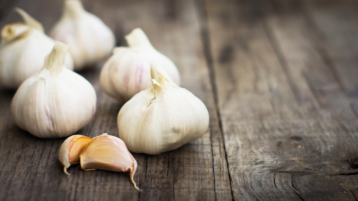 how to use garlic for acne prone skin